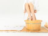 热水泡脚有益健康,但这7类人要小心,否则是慢性自杀!