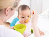 给孩子立好的吃饭规矩,全被奶奶搞砸了,怎么办?